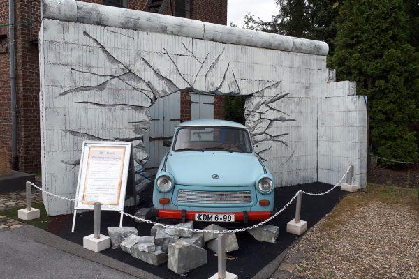Trabi durchbricht die Berliner Mauer – MAGU Wand als perfekte Kulisse